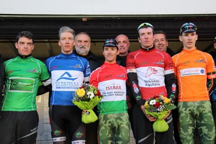 3 Océane Top16 sur le podium de Tour de Basse Navarre (64) Ludovic Nadon en vert vainqueur des points chauds de la journée,  Clément Saint Martin en bleu Yoann Paillot en rouge Encadré par deux professionnels de l'Armée de Terre.