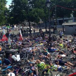 Plus d'un millier de cyclistes ont manifesté à la Bastille. Cyclotouristes amateurs, professionnels et utilisateurs de Velib' protestaient contre l'insécurité grandissante sur les routes et demandent la mise en place de mesures concrètes.