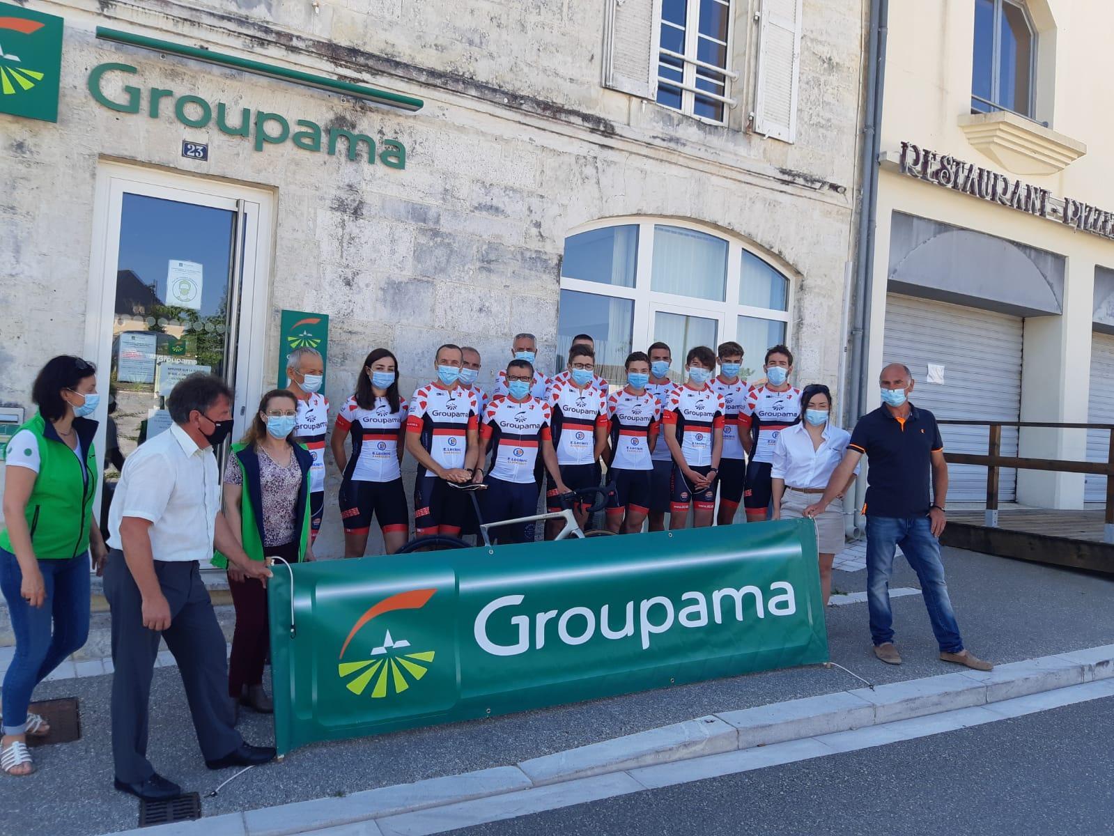 Le 14/06/2021 Groupama Centre-Atlantique offre 30 tenues cyclistes personnalisées à l'Association cycliste des 4B
